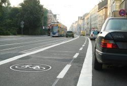 Neu angelegter Radfahrstreifen auf der Georg-Schumann-Straße in Möckern. Foto: Ralf Julke