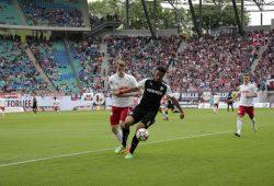 Die Sanderhausener Spieler wie Aziz Bouhaddouz konnten sich immer wieder gegen die Leipziger Verteidigung durchsetzen. Foto: Alexander Böhm