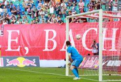 SpVgg Greuther Fürth Keeper Wolfgang Hesl sieht den Ball von Dominik Kaiser in sein Tor rauschen. Foto: Alexander Böhm