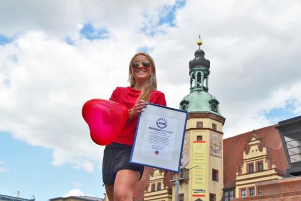 Für den Rekord der nächtlich leuchtenden Sportler gibt's dann eine Urkunde. Foto: Katharina Baum