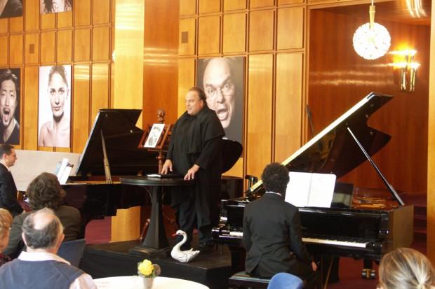 Salonmusik im Opernfoyer: Ex-Thomaner und Opernemsemblemitglied Martin Petzold mit Schwan. Foto: Karsten Pietsch