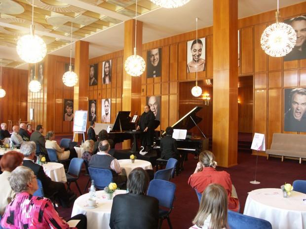 Oper erleben ganz gemütlich im Foyer des Opernhauses. Foto: Karsten Pietsch