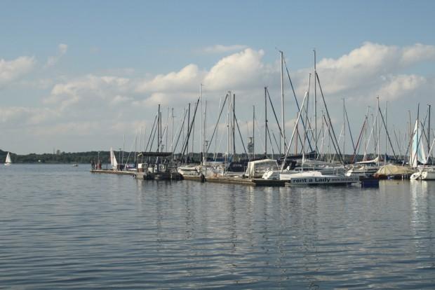 Segelboote am Pier des Cospudener Sees. Foto: Ralf Julke