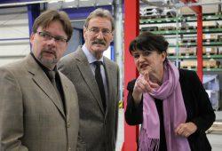 Bürgermeister Jens Spiske, Landrat Dr. Gerhard Gey und Geschäftsführerin Sabine Oette bei einem Besuch in der Firma Dr. Oette Maschinenbauteile e.K. im Januar. Foto: Stadt Markranstädt