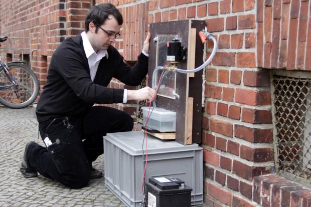 Nachwuchswissenschaftler Mario Stelzmann bei einer Untersuchung mit dem an der HTWK Leipzig entwickelten Wasseraufnahmemessgerät. Foto: Stephan Thomas