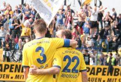 Erleichterung bei Lok-Kapitän Markus Krug und Torschützen Andy Wendschuch nach dem Sieg in Halle. Foto: Bernd Scharfe