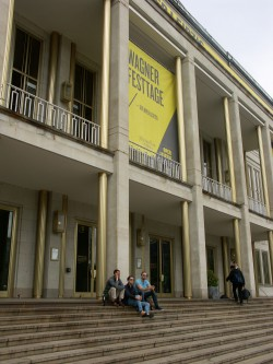 Mit einem Bierchen die Zeit überbrücken: Wagner-Festtage in Leipzig. Foto: Karsten Pietsch