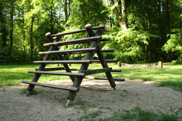 Kärgliches Angebot: Klettergeräte im südlichen Auwald. Foto: Ralf Julke