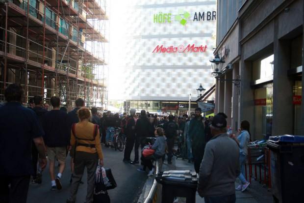 Ca. 75 Gegendemonstranten stehen in der Hainstraße vor der Polizeisperre. Dahinter stehen noch mehr Beamte. Foto: L-IZ.de