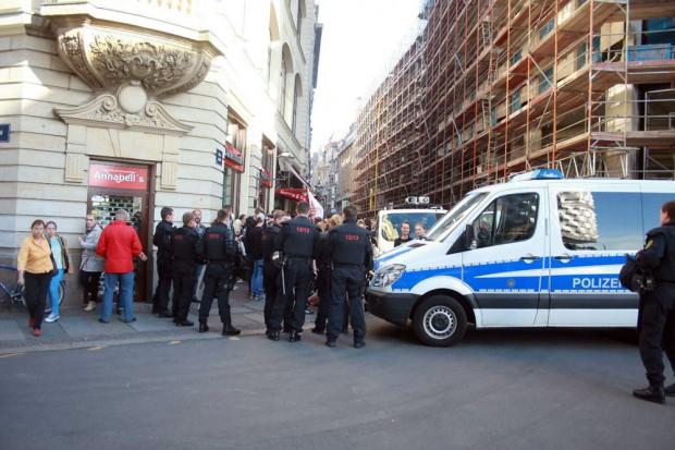 Die NoLegida-Teilnehmen verharren vor der Sperre. Foto: L-IZ.de