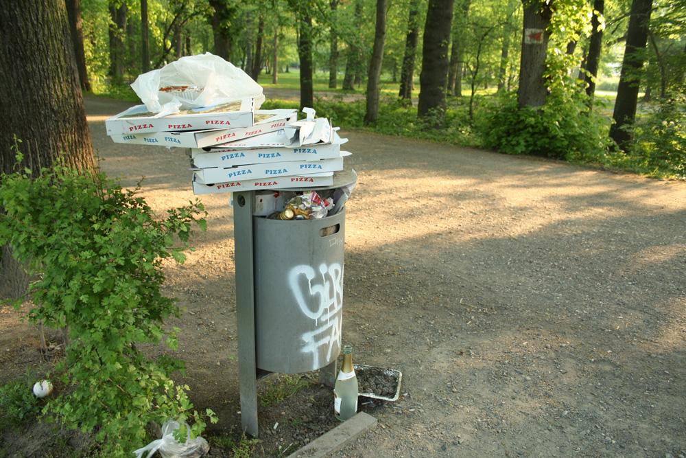 Für einen Party-Tag am Elsterbecken einfach zu klein: Abfallbehälter am Rennbahnsteg. Foto: Ralf Julke