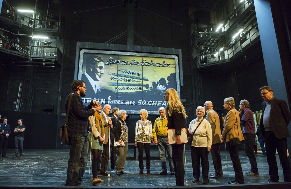Bühnenführung für Blinde und Sehbehinderte vor einer Aufführung