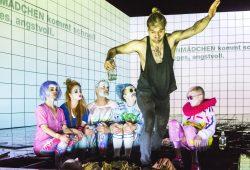 Sebastian Tessenow spielt und tanzt Brechts Baal. Foto: Rolf Arnold
