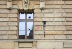 Beschädigtes Fenster am Bundesverwaltungsgericht. Foto: Alexander Böhm