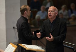 Peter Neumann dirigiert in der Thomaskirche. Foto: Bach-Archiv Leipzig/Gert Mothes