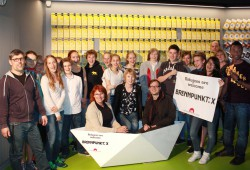 Staatsministerin Petra Köpping (im Boot links) mit Mitarbeitern des TdJW sowie Spielerinnen und Spielern des TdJW-Jugendclubs I. Foto: TdJW