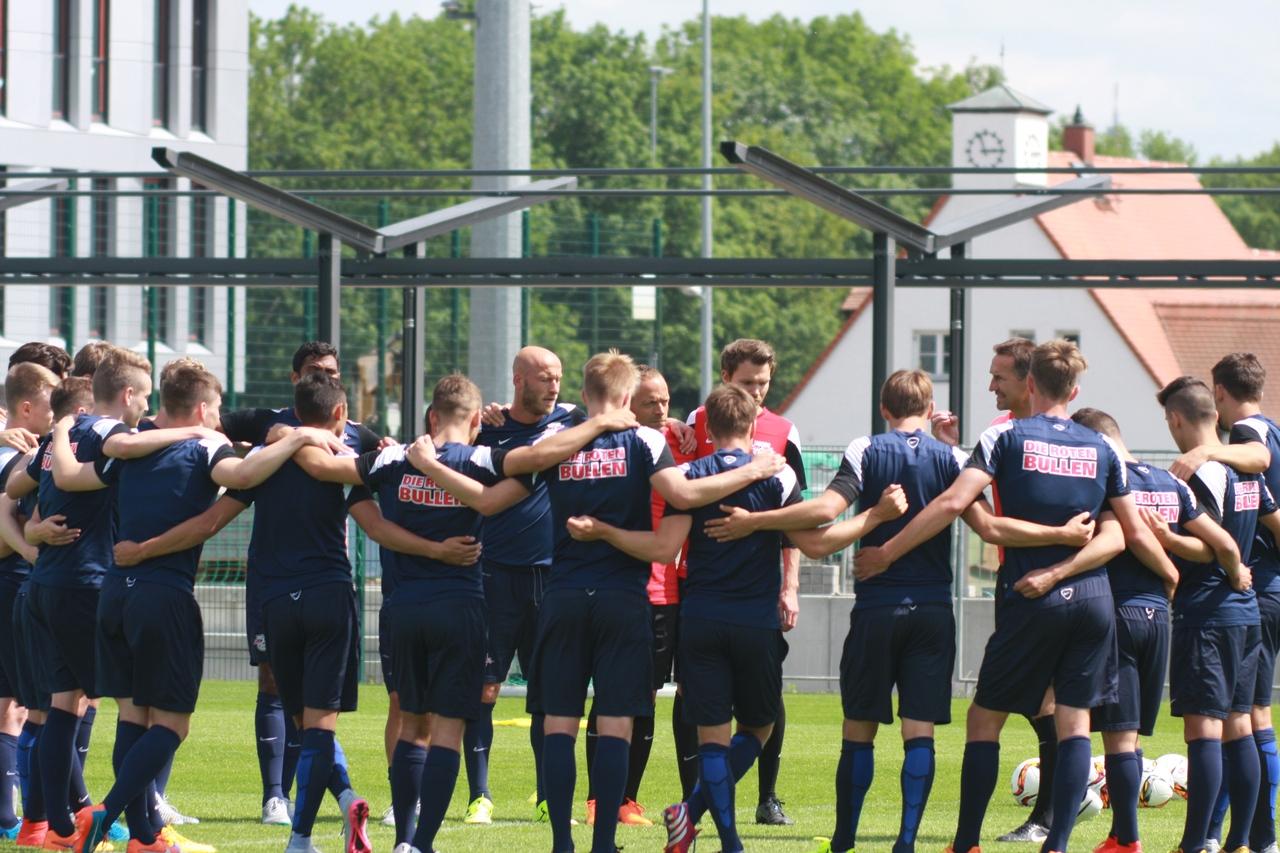 Co-Trainer Achim Beierlorzer bespricht die nächste Übung. Foto: Alexander Böhm