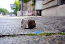 Ein liegengebliener Stein nach Ausschreitung in der Leipziger Innenstadt.. Foto: Alexander Böhm