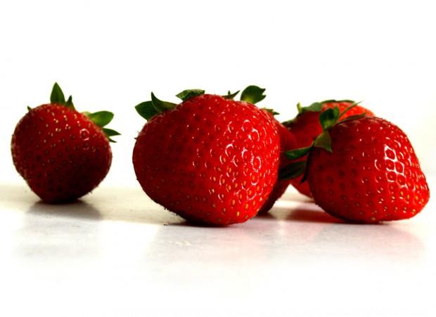 Machen schon beim Anschauen glücklich: frische Erdbeeren. Foto: Ralf Julke