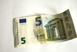 Wahrscheinlich werden die Gehälter eher nicht in gebrauchten 5-Euro-Scheinen ausbezahlt. Foto: Ralf Julke
