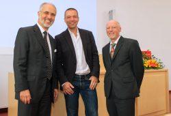 Prof. Rolf Gebhardt (rechts) bei seinem Abschiedssymposium mit den Kollegen Prof. Dr. Torsten Schöneberg (Mitte) und Prof. Dr. Wolfgang Fleig (links). Foto: Swen Reichhold / Uni Leipzig