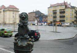 """Der Löwe von der Pumpe am Huygensplatz und im Hintergrund der """"Goldene Löwe"""". Foto: Ralf Julke"""