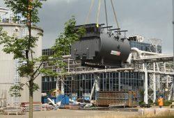 Gerade abgehoben: der 75-Tonnen-Heizkessel in der Luft. Foto: Ralf Julke