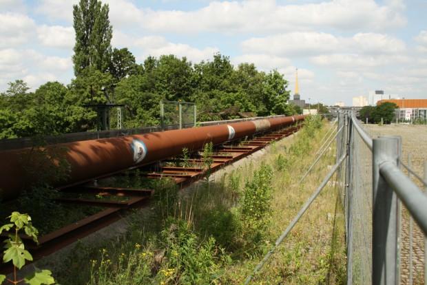 Seit Jahren provisorisch auf die Brücke gelegt: Hauptversorgungsleitung 2 der Wasserwerke Leipzig. Foto: Ralf Julke