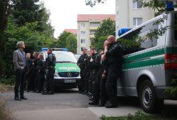 Polizisten schirmen das Heim ab. Foto: Alexander Böhm