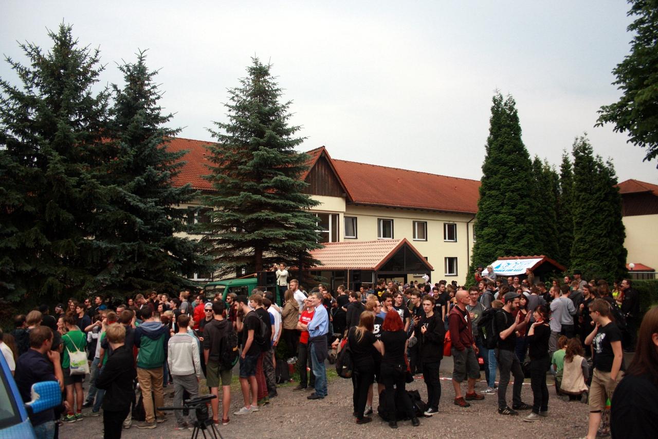 Unterstützer vor der Freitaler Flüchtlingsunterkunft. Foto: Alexander Böhm