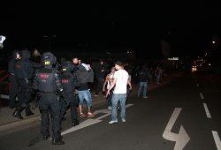 Beamte drängen Asylgegner vom Heim weg. Foto: Alexander Böhm