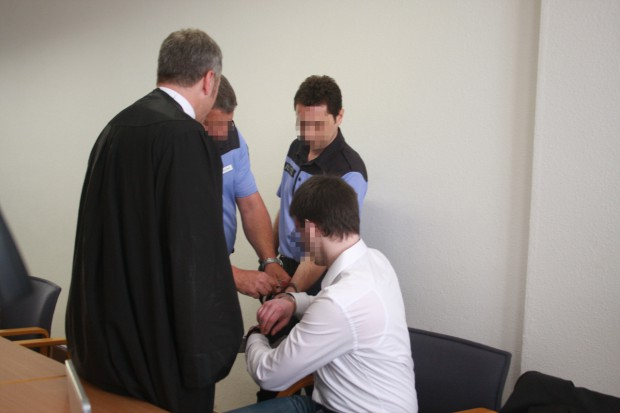 Julian G. werden die Handschellen abgenommen. Foto: Alexander Böhm