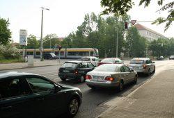 In Hauptverkehrszeiten nicht durchlässig genug: Kreuzung Max-Liebermann-Straße / Delitzscher / Essener Straße. Foto: Ralf Julke