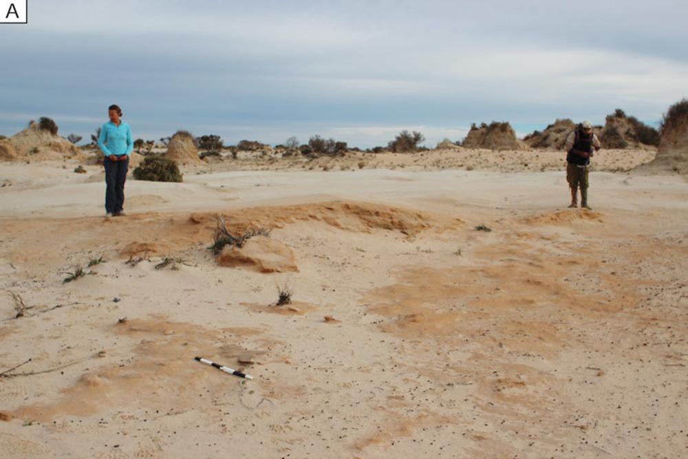 Eine Feuerstelle aus gebrannten Sedimenten in der roten Uferlinie des Lake Mungo zur Zeit seiner maximalen Ausdehnung. Foto: William Truscott, La Trobe University