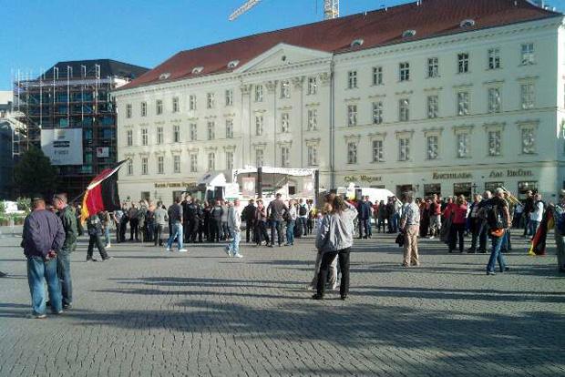19:15 Uhr: Die Legida-Kundgebung beginnt. Foto: L-IZ.de