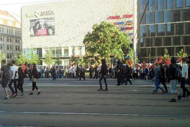 Ungewöhnliches Bild. Die Polizei lässt NoLegida Demonstranten neben der Legida Demo laufen. Foto: L-IZ.de