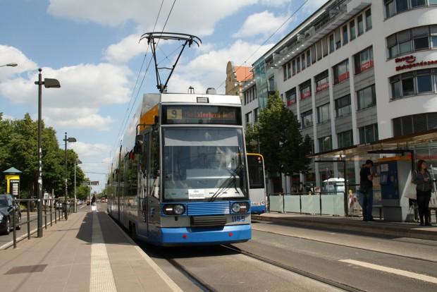 Straßenbahn der Linie 9 an der Haltestelle Connewitz Kreuz. Foto: Ralf Julke