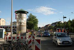 Steht wieder mitten in allen Sichtachsen: die Litfaßsäule an der Scheffelstraße. Foto: Ralf Julke