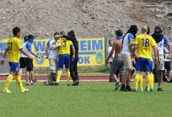 LOK Chaoten stürmten den Platz und gingen auf die Spieler los - hier mit Markus Krug und Sebastian Draeger(re). Foto: Bernd Scharfe