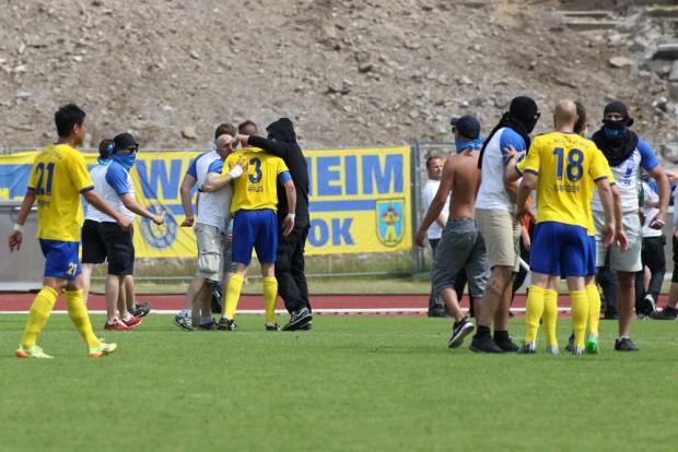 LOK Chaoten stuermten den Platz und gingen auf die Spieler los - hier mit Markus Krug und Sebastian Draeger(re). Foto: Bernd Scharfe