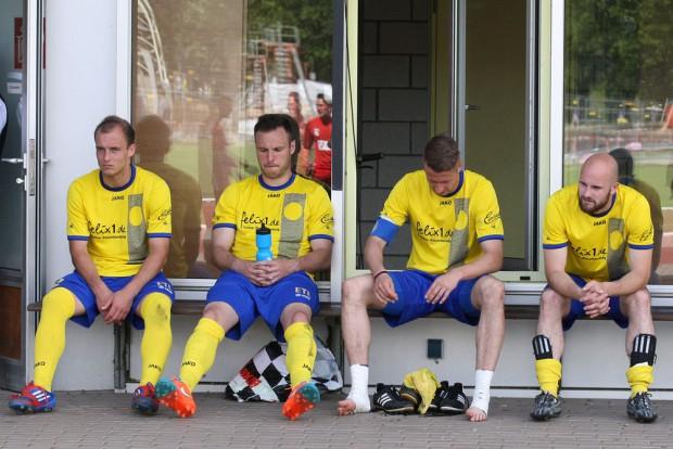 Spielabbruch und abgestiegen-Andy Wendschuch, Ronny Surma, Markus Krug und Sebastian Draegen auf der Bank. Foto: Bernd Scharfe