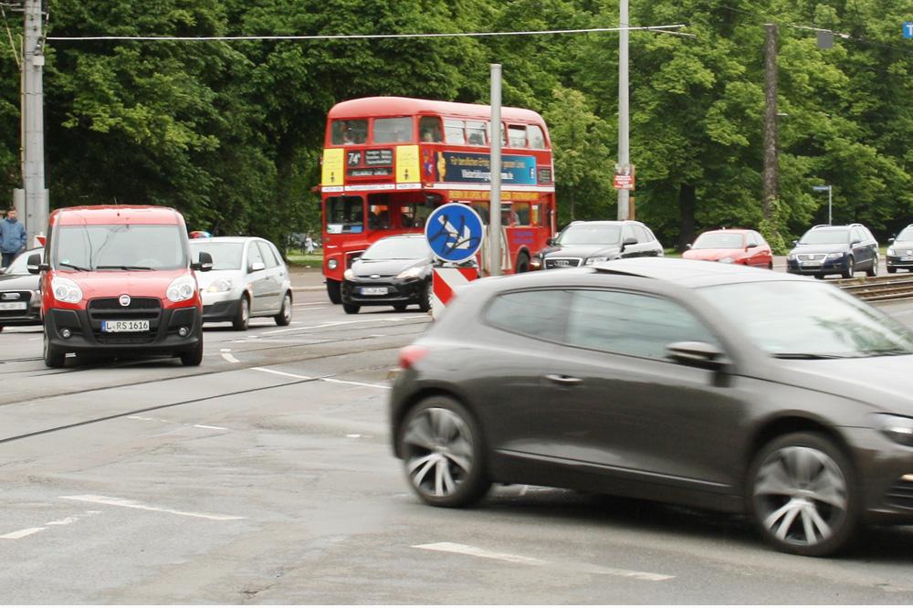 London-Doppeldeckerbus unterwegs auf der Jahnallee. Foto: Ralf Julke