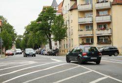 Gefährliche Querung für Fußgänger: Kreuzung Ludolf-Colditz-Straße / Naunhofer Straße. Foto: Ralf Julke