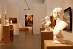Antikensehnsucht und Mutteridole: Büsten aus dem Antikenmuseum treffen auf eine (kopierte) Sixtinische Madonna von 1864. Foto: Ralf Julke