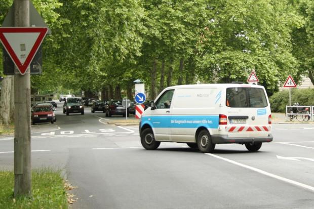 Auch keine einfache Kreuzung: Naunhofer Straße (rechts) und Schönbachstraße direkt an der Neuen Nikolaischule. Foto: Ralf Julke