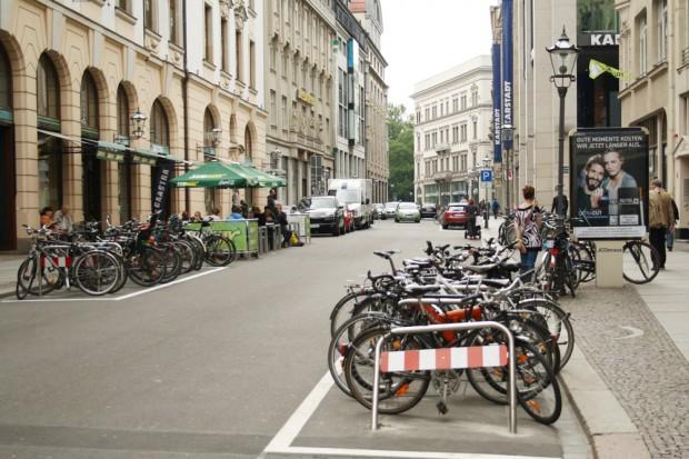 Parkplätze entwidmet - dafür heiß begehrte Fahrradbügel hingestellt: Räder und Freisitz am Neumarkt. Foto: Ralf Julke