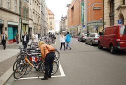 Auch die neuen Fahrradstellplätze am Neumarkt sind knapp bemessen - und die Ladezonen (siehe rechts) fehlen noch. Foto: Ralf Julke