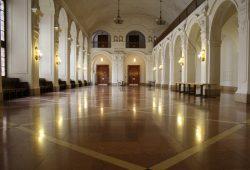 Ohne Verschwiegenheit geht's nicht: Obere Wandelhalle vorm Sitzungssaal der Ratsversammlung. Foto: Ralf Julke