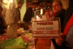 Parteiausweis von der Partei für Arbeit, Rechtsstaat, Tierschutz, Elitenförderung und basisdemokratische Initiativen (PARTEI). Foto: Alexander Böhm