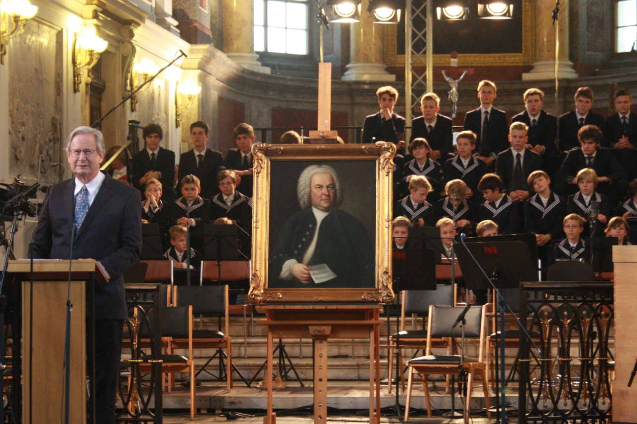 Präsident des Bach-Archivs Sir John Eliot Gardiner neben dem Bach-Portrait. Foto: Alexander Böhm